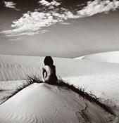 Ella, canta en el desierto.