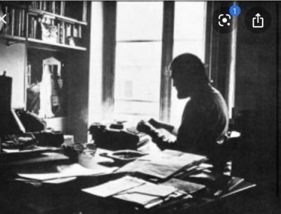 Cortázar y su máquina de escribir.